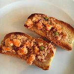 Bruschette gamberi, pesce e piselli