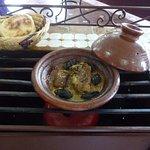 Batbout (pain à la poêle) et tajine aux pruneaux et aux amandes grillées