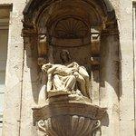 Jolie Piéta dans une rue à  côté du Palais des Papes