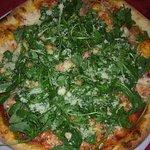 Pizza rucola,tonno,mozzarella e grana, la crosta è molto sottile ma tutto sommato una buona pizz