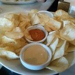 Yuca frita a las cuatro salsas