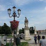 Uno dei ponticelli presenti sulla piazza