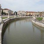 canale che circonda la piazza