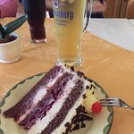 Schwarzwälder Kirschtorte, la famosa torta della foresta nera e un boccale di Radler.