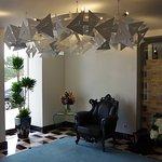 Hall d'entrée avec un joli fauteuil et des fleurs