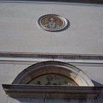 La facciata con il rosone con il mosaico rappresentante S.Magno