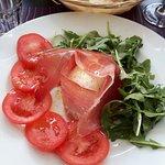 Prosciutto crudo, pomodoro fresco, mozzarella Fior di Latte e rucola