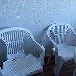 Así estaban las sillas al llegar, llenas de arena.