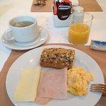 朝食。パンに自分で切れ目をいれて挟んでサンドイッチに。他シリアルなども豊富