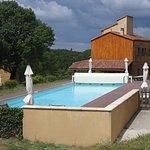située à l'entrée, la piscine est mise à la disposition de tous les hôtes. Ici la partie exérieu