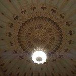 Il soffitto con il lampadario...