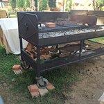 le barbecue de la veille non rangé, avec des bouteilles vides et des plats avec de la nourriture