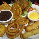 plato variado de entrantes 8patacones, jalapeños rellenos, aros de cebolla, croquetas de yuca)