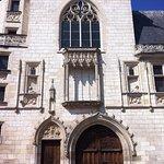 La Facade sur rue ( à gauche buste Jacques Coeur - à droite buste de Macée de Léopard)