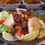"""plat """"côté cours"""" salade de gesiers frais, pomme de terre sautées, faites maison, lardons, salad"""