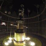 Dudelsakcpfeifferbrunnen mit Holte im Hintergrund