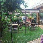 Terrasse à l'entrée avec piscine sur le coté et du restaurant (autre salle sous voute en pierres