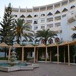 Главный корпус, вид с территории отеля