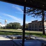 un parque hermoso y fachada original antigua de la bodega.