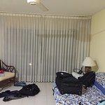 Sala amplia con sofá cama
