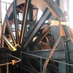 énorme roue du puit