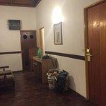 Mi habitación es la que se ve a la derecha, al lado: tachos de pintura y albañiles trabajando :(