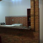 entrada a la habitación, a la izq. hay un sillón y lámpara, enfrente escritorio y silla