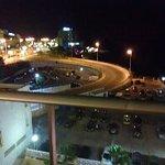 Imagen nocturna de las vistas de la habitación. Abajo se puede observar el aparcamiento público.
