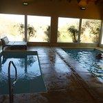 Piscina y yacusi climatizados, muy buena temperatura e instalaciones,con duchas, vestidores.