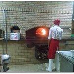 forno a lenha que transforma a pizza em muito mais sabor e alimenta de calor o ambiente.