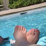 La piscine et ses transats.