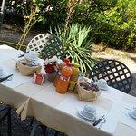 In estate la prima colazione è servita in giardino.