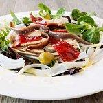 Ensalada de pimientos asados con anchoas