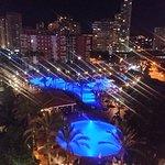 Vista nocturna a la piscina desde habitación en la planta 7 de Palícanos