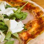 La nostra pizza Selvaggio Blu, con Carpaccio di Pesce Spada, Rucola Fresca e Ricotta Salata del