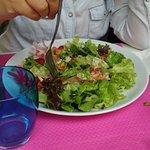 Salade estivale avec des fraises, jambon cru,copeaux de parmesan