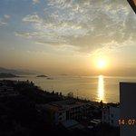 Восход солнца - вид на море и город с балкона номера на 11-м этаже