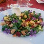 Insalata con frutta, fiori e aceto al lampone ...sublime