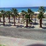 Strasse zwischen Hotel und Strand