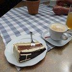 Herrentorte mit Cappuccino im Gastgarten