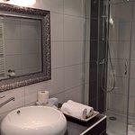 Modernes Zimmer und Bad