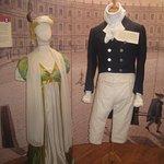 Här visas kläder från den tiden.