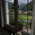 Stella ammira il panorama dalla stanza Alpin Garden