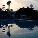 Atardecer en la piscina principal del H10 Lanzarote Princess