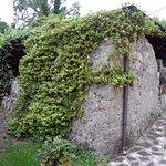 Sotto le pareti di pietra ricoperte dal gelsomino, una saletta per il bigliardo.