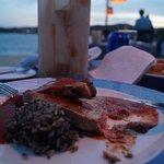 Cena en el club de playa. Atún con rissoto en salsa de huitlacoche