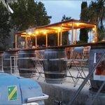 Bar à tonneaux vue du bateau