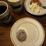 Cheesecake, Chokladboll, Kaffe & en Chai (?)