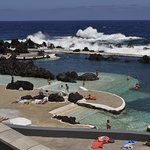 Vue de la piscine naturelle de PortoMoniz