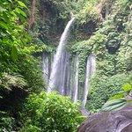 Belle promenade sur les sentiers des chutes de l'île de Lombok.